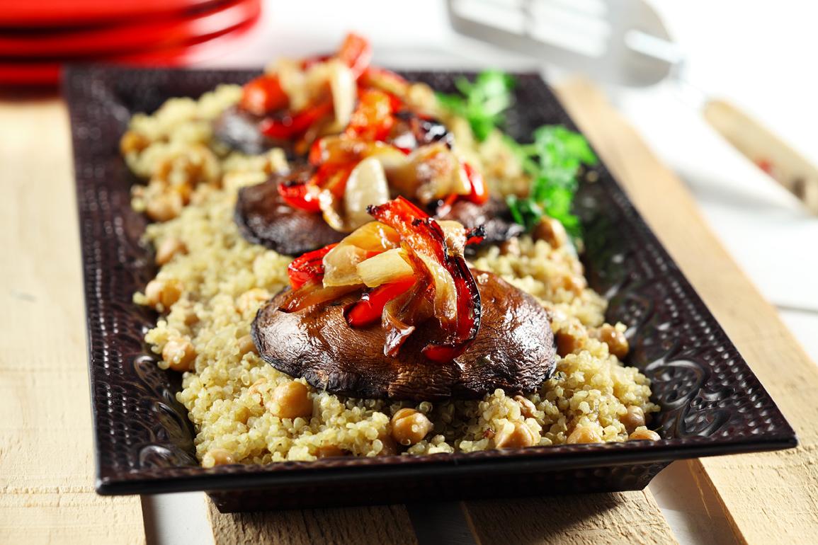 Plat végétarien – champignons portobello sur du quinoa