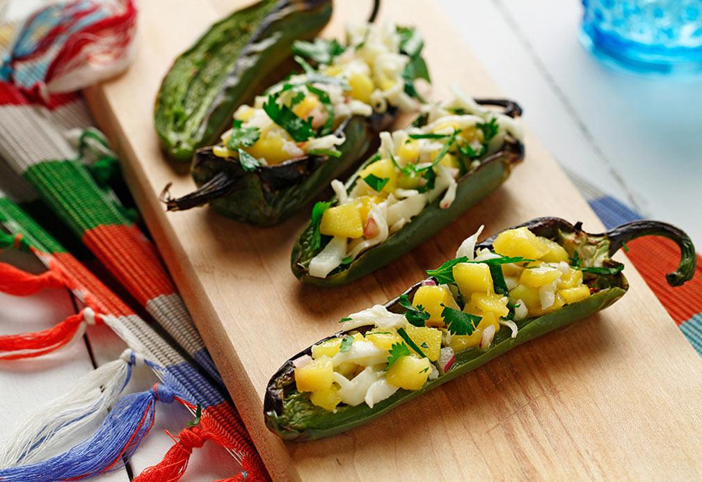 Chiles jalapeño rellenos de queso panela y pico de gallo de mango
