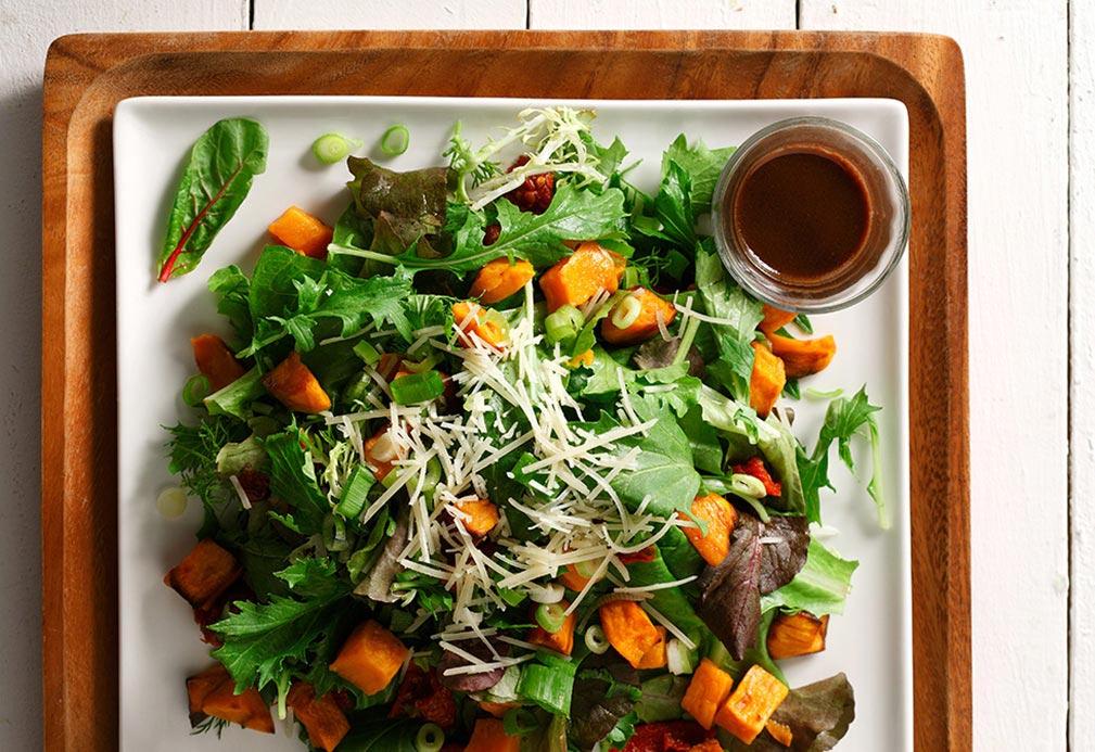 Ignames chaudes, tomates séchées et salade de roquette