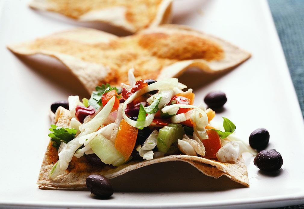 Picante ensalada de col con triángulos de tortilla de trigo entero