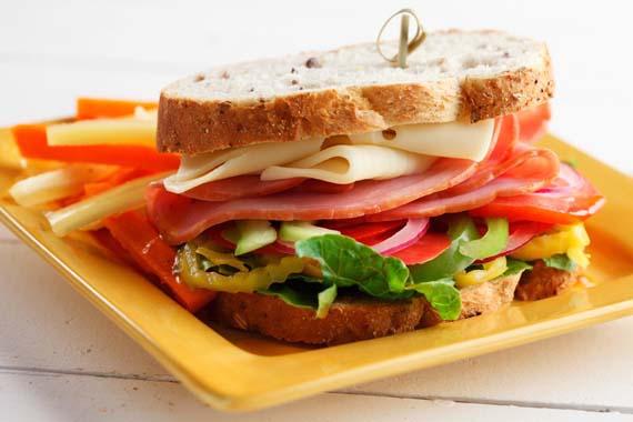 Sándwiches estilo cajún con salsa picante