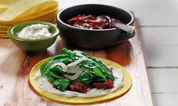 Dobladitas con quelites y salsa de tomate