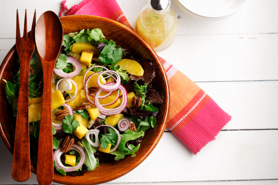 Ensalada verde surtida con mango y nueces