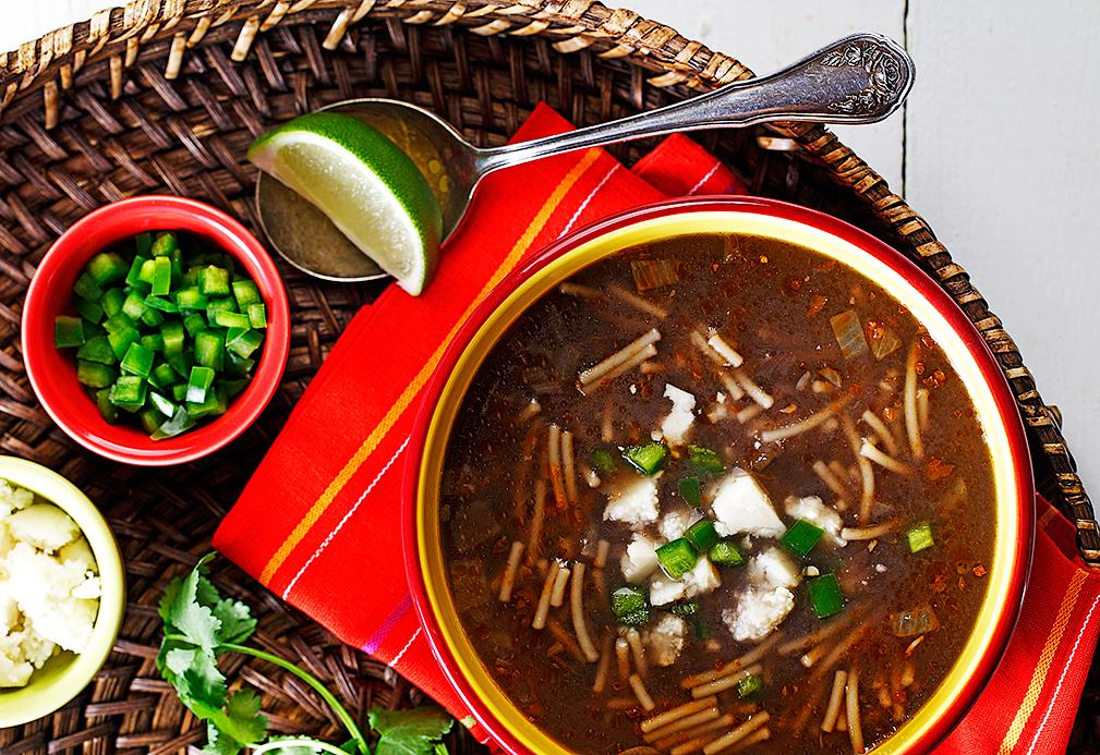 Sopa de fideo con caldo de frijol