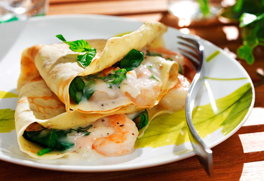 Crepas rellenas de camarones, espinacas y hierbas