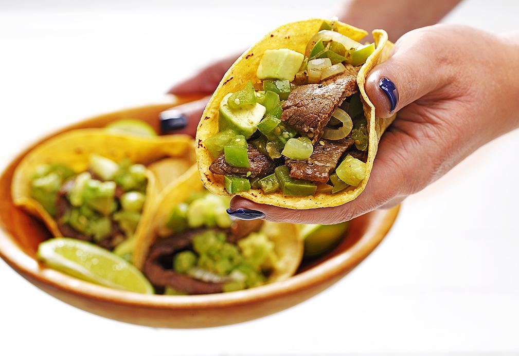 Tacos con carne y pimientos verdes al estilo alambre