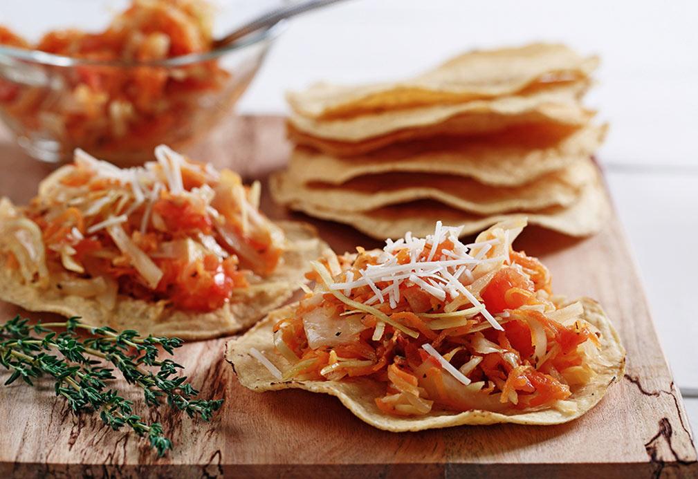 Tostadas de tinga de zanahorias y col