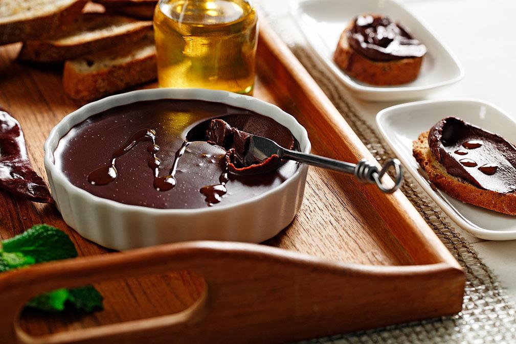 Paté de chocolate oscuro con una infusión de aceite de canola y chile