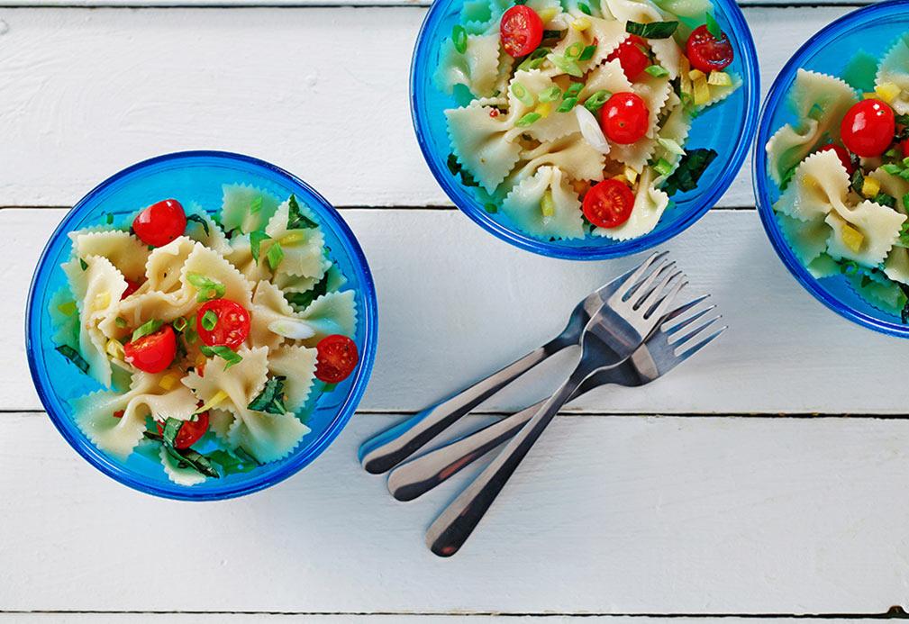 Ensalada fresca de pasta con vinagreta de cebolla dulce