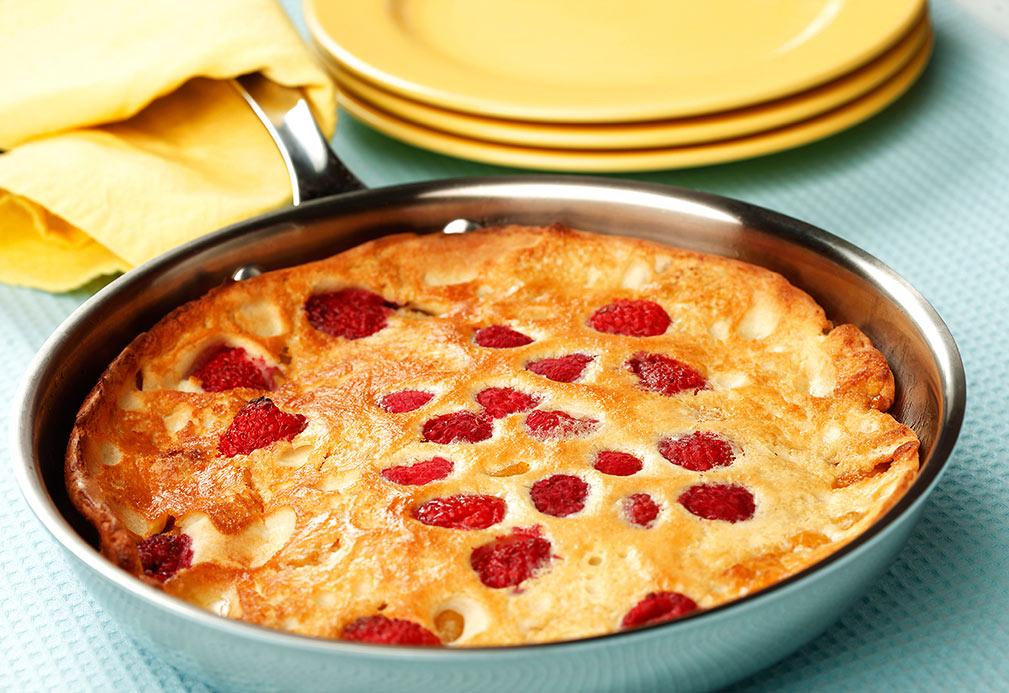 Panqueque al horno con frutas y bayas salteadas