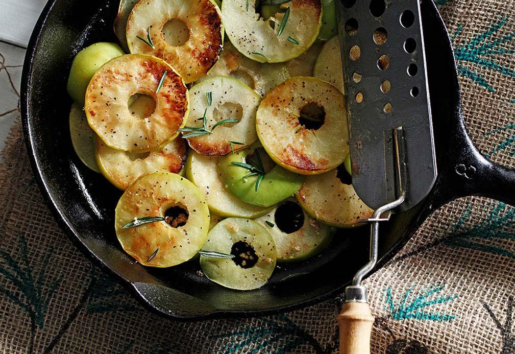 Sabrosas manzanas sofreídas al romero