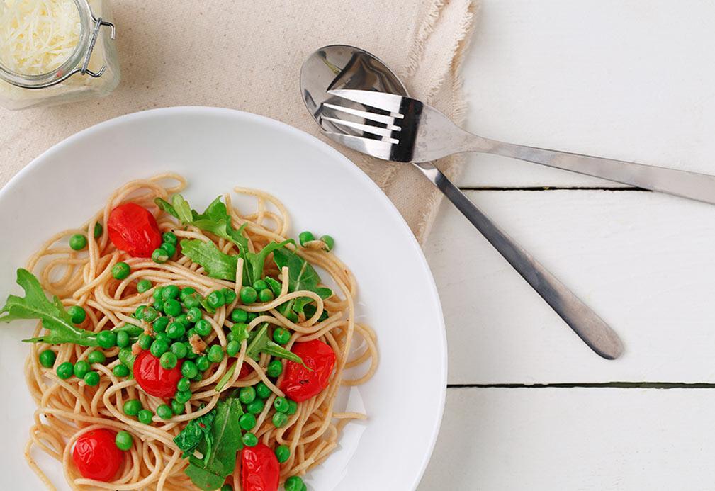 Espagueti con arúgula, chícharos y tomates