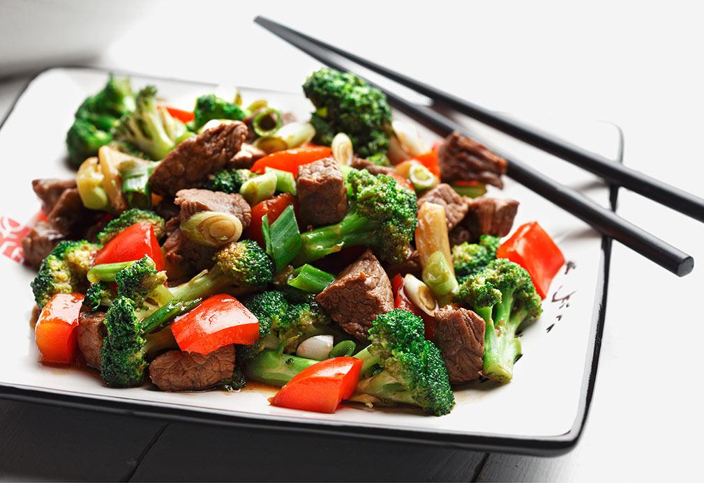 Salteado de brócoli, pimientos rojos y carne de res