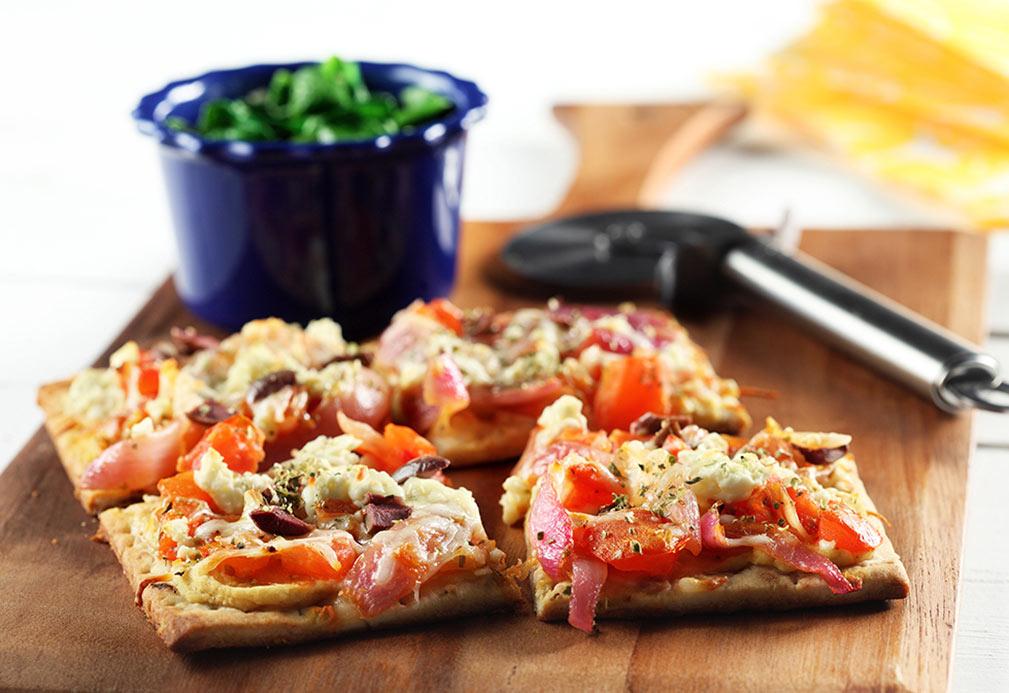 Pizza griega vegetariana con espinacas salteadas